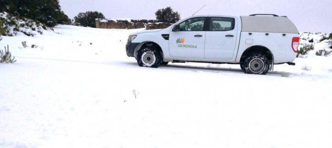 450 profesionales mueven cielo y tierra (¡y nieve!) para llevar la luz en el temporal