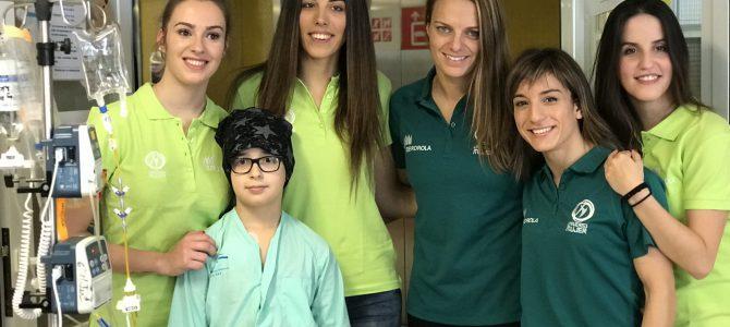 Unas pajes excepcionales de los Reyes Magos reparten ilusión, deporte y sonrisas en el hospital