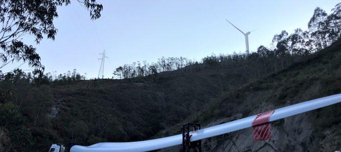 El difícil viaje de nuestras palas para atrapar el viento en la montaña asturiana